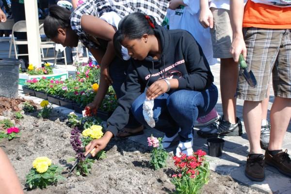 community-garden-teens-gardening